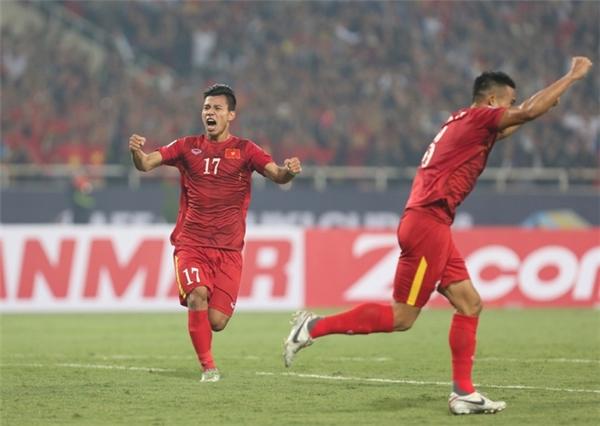 Khoảnh khắc vỡ òa khi hậu vệ Văn Thanh ghi bàn gỡ hòa.