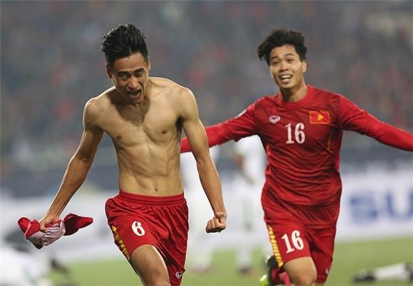 Sân Mỹ Đình tiếp tục nổ tung với bàn thắng nâng tỉ số lên 2-1 của Minh Tuấn.