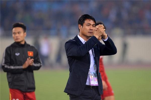 Trận đấu kết thúc, đội tuyển Việt Nam dừng chân tại bán kết. HLV Hữu Thắng ngậm ngùi gửi lời cảm ơn đến người hâm mộ.