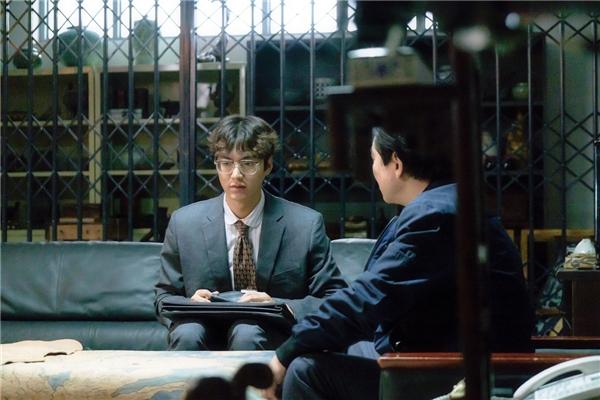 """Với mái tóc chẻ giữa cùng cặp kính cận dày cộm, Nam Hyun Joong hệt như một nhân vật """"ngố tàu"""" bước ra từ truyện tranh những năm 80."""