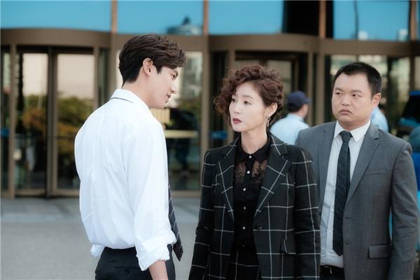 """Chả trách một người phụ nữ đầy kinh nghiệm như phu nhân Jang Jin Ok cũng bị anh lừa """"ngọt""""."""