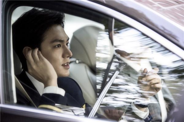"""Sau khi bị truy đuổi, Heo Joon Jae quyết định biến hóa thành một nhân dạng mới hoàn toàn… mĩ nam phi công. Với trang phục chỉnh chu, anh xuất hiện như một """"soái ca"""" của đời thực: bảnh bao, phong độ và đầy khí chất."""