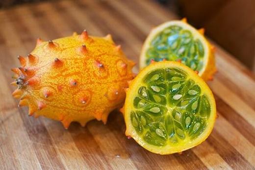 Với hình dạng thuôn dài và có gai, loại quả này đem đến hương vị pha trộn giữa dưa chuột và bí xanh. Màu sắc của chúng hết sức xinh xắn: vỏ màu vàng cam, bên trong màu xanh trong suốt. Ở những bữa ăn của người châu Phi, loại quả này là một trong những món ăn truyền thống và là đặc sản khác biệt của người dân nơi đây.