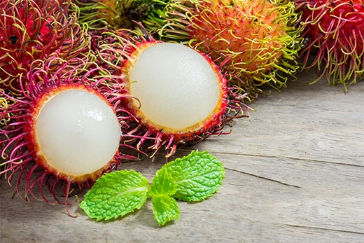"""Chôm chôm được mệnh danh là một trong những """"ông vua trái cây"""" tại Việt Nam. Với vẻ bề ngoài là loại quả hình oval và được bao phủ bởi lớp lông, có màu sắc đỏ khi chín. Loại trái cây này khiến người mới ăn lần đầu bất ngờ khi bóc tách và thưởng thức phần bên trong. Thanh, ngọt là hai từ """"chuẩn không cần chỉnh"""" để nói về hương vị của chúng."""