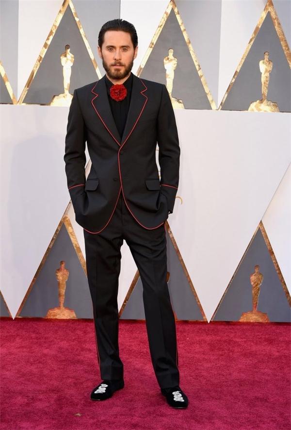 Jared Leto gây chú ý bởi phong cách ăn mặc cầu kỳ, đầy màu sắc.