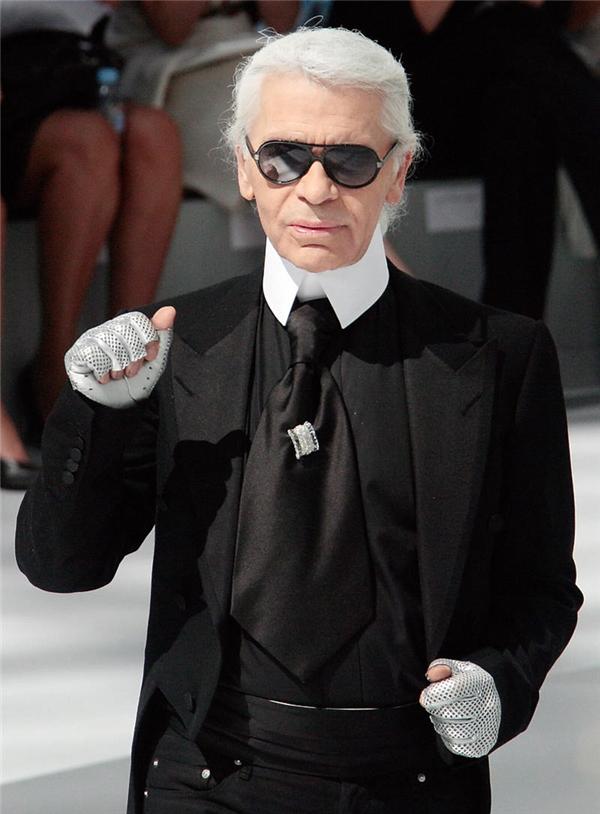 """Nhà thiết kế Karl Lagerfeld vẫn khiến giới mộ điệu """"tròn mắt"""" với gu thời trang kinh điển, không bao giờ lỗi mốt."""