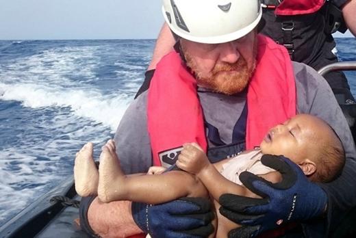 6. Chỉ trong năm tháng đầu năm 2016, Cơ quan Liên Hợp Quốc về người tị nạn đưa ra con số ít nhất 2,510 người chết trên đường di cư tới châu Âu. Bức ảnh em bé chết đuối nằm trong vòng tay nhân viên cứu hộ người Đức không khỏi khiến cộng đồng mạng xót xa. Chiếc thuyền chở em rời Libya ngày 26/5 và gặp nạn một ngày sau đó.