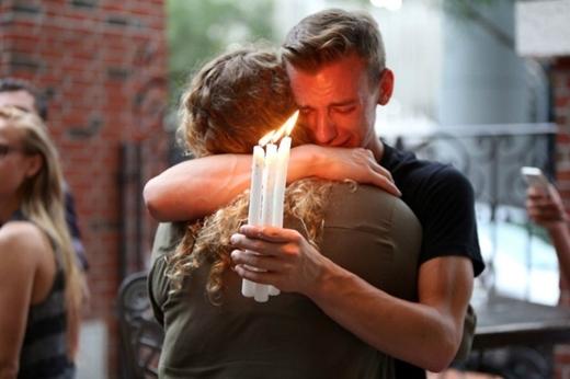 8. Khoảnh khắc thắp nến tưởng niệm 50 nạn nhân tử vong trong vụ xả súng khiến nhiều người thiệt mạng nhất lịch sử nước Mỹ. Vụ thảm sát diễn ra tại hộp đêm Pulse dành cho người đồng tính ở Orlando, Florida sáng 12/6.
