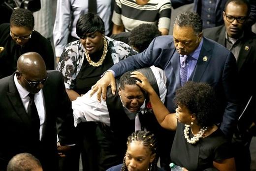 10. 15/7/2016, con trai Alton Sterling khóc nức nở trong lễ tang cha tại thành phố Baton Rouge, Louisiana. Hàng trăm người đã biểu tình suốt hai đêm để bày tỏ sự phẫn nộ và kêu gọi sự công bằng trước cái chết của người đàn ông 37 tuổi, 5 con này. Họ cho rằng người da màu bị cảnh sát Mỹ phân biệt đối xử.