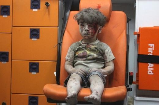 12. 17/8/2016, khoảnh khắc lột tả một góc của cuộc chiến khốc liệt đang diễn ra tại Aleppo (Syria) nhanh chóng lan truyền trên internet: cậu bé Omran Daqneesh (5 tuổi) người phủ đầy bụi, ngồi thất thần trên băng ghế sau xe cứu thương và dường như không biết máu đang chảy trên khuôn mặt mình.