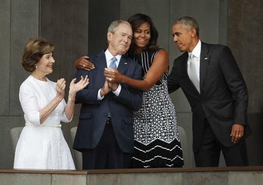 13. Đệ nhất phu nhân Michelle Obama dành cho cựu tổng thống Bush cái ôm nồng hậu vào buổi lễ khánh thành bảo tàng quốc gia lịch sử về người Mỹ gốc Phi (Washington, 24/9). Bức ảnh cho thấy tình bạn 8 năm của họ cũng như sự hoà hợp giữa hai đảng và hơn hết, lên án một vấn nạn nhức nhối ở Mỹ: nạn phân biệt chủng tộc.