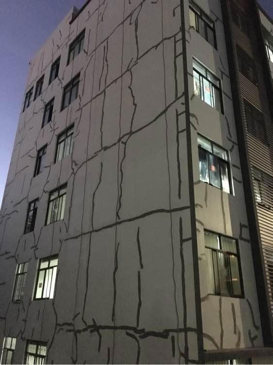 Choáng váng với ký túc xá dùng băng keo dán vết nứt trên tường
