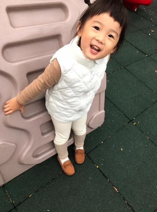 Nụ cười thuần khiết của bé gái là điểm gây ấn tượng nhất với người đối diện.
