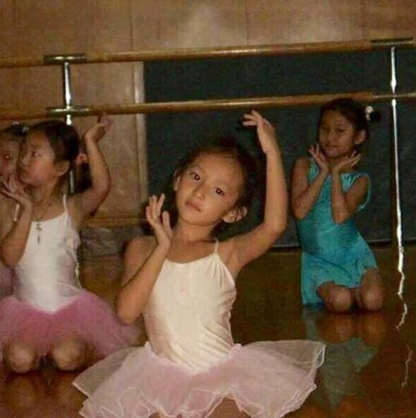 Từ nhỏ cô nàng đã học múa truyền thống và thể dục dụng cụ.