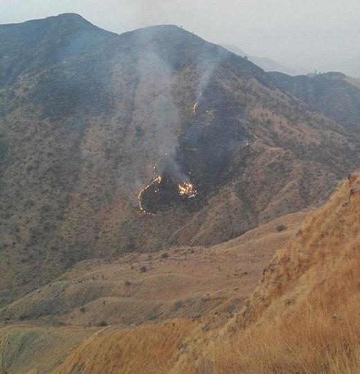 Chiếc máy bay bốc cháy hoàn toàn trước khi rơi xuống.