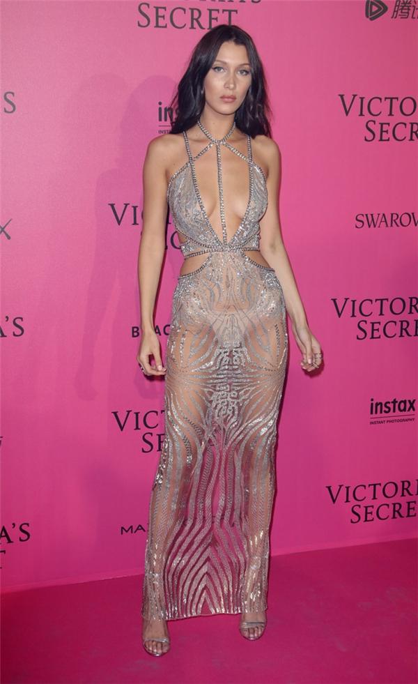 Gần đây nhất, trong tiệc thảm hồng hậu Victoria's Secret, Bella Hadid lấn át dàn mỹ nhân trên thảm đỏ khi diện bộ váy xuyên thấu mỏng manh như sương khói làm lộ rõ nội y.