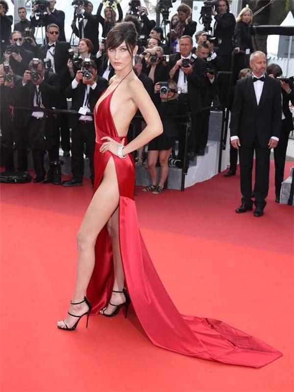 Vào trung tuần tháng 5, nữ người mẫu cũng từng trở thành để tài được dư luận quan tâm đặc biệt khi xuất hiện trên thảm đỏ Cannes với chiếc váy xẻ sâu tận thắt eo. Tuy nhiên, Bella Hadid vô cùng khéo léo khi di chuyển mà không hể lộ hàng.