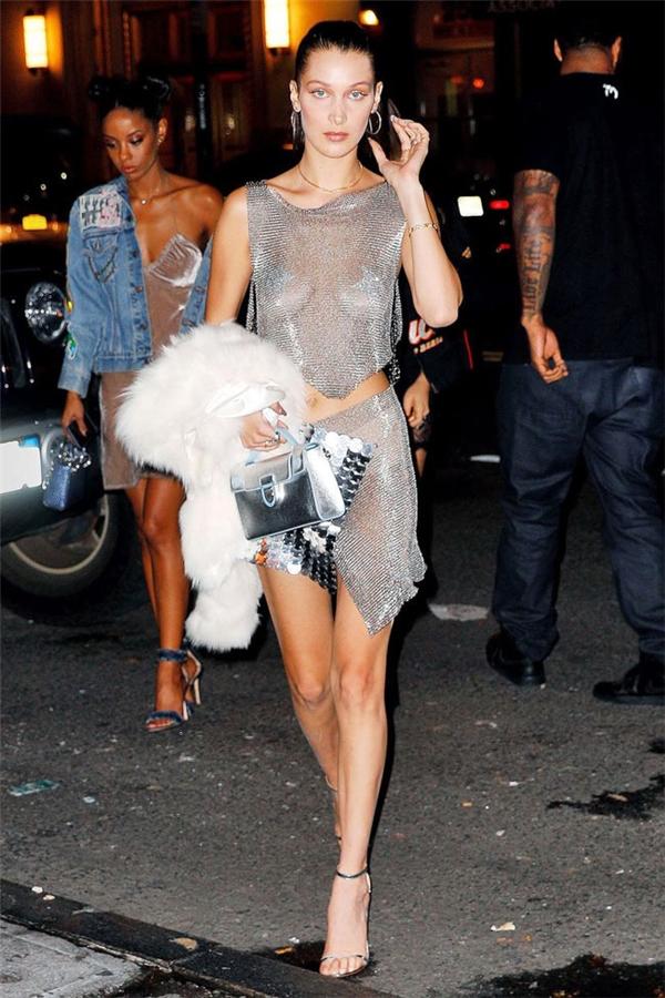 Bộ trang phục mà cô nàng diện trong tiệc sinh nhật vừa qua cũng khiến người xem đôi phần ái ngại bởi độ mỏng của ren lưới.