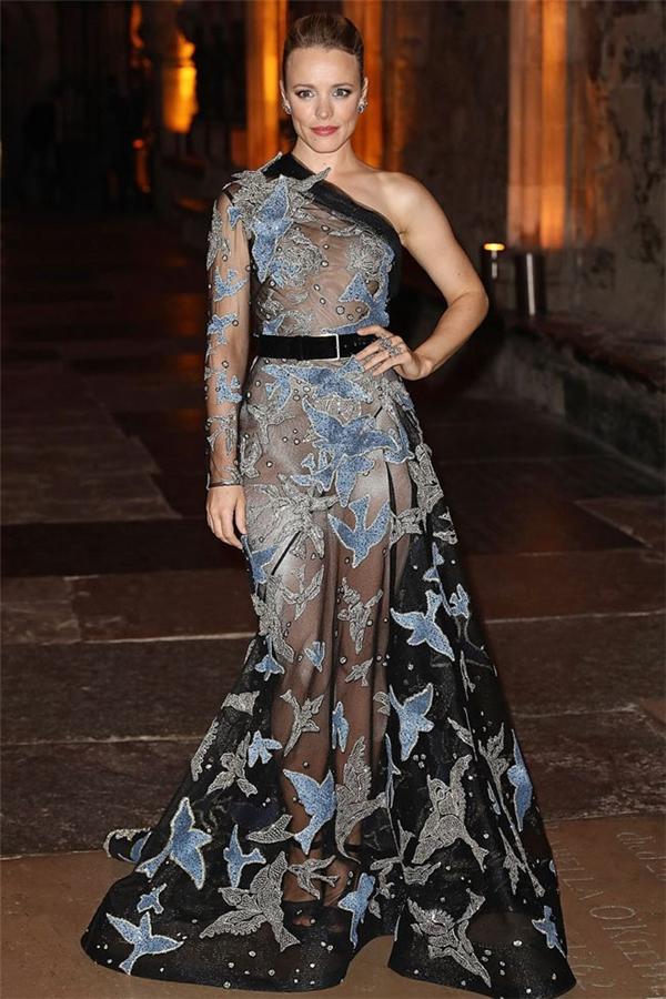 Rachel McAdams từng khiến khán giả hoa mắt khi diện bodysuit màu da kết hợp váy họa tiết màu tối của Elie Saab khi tham gia một đêm tiệc.