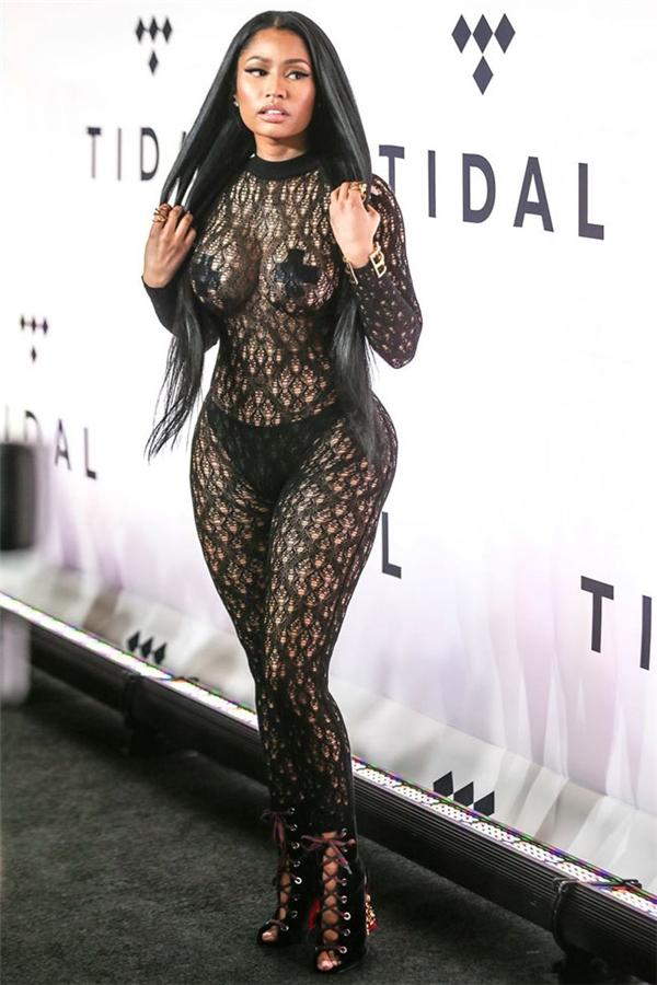 Cùng với cá tính âm nhạc là gu thời trang khá dị biệt của Nicki Minaj. Năm 2016 này, cô góp mặt trong danh sách những bộ cánh gây chấn động với bodysuit bằng ren xuyên thấu làm lộ rõ vòng một cùng nội y.