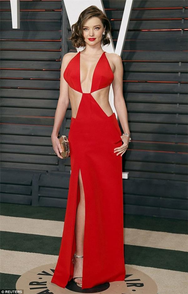 Cựu thiên thần nội y Miranda Kerr khoe vóc dáng siêu chuẩn trong bộ váy ôm cắt xẻ ác liệt ở phần ngực.