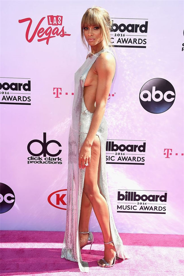 Ciara cũng không hề kém cạnh các đồng nghiệp với trang phục phô diễn vòng một gợi cảm hay đôi chân dài đáng ao ước.