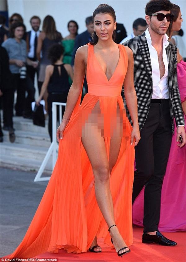 Một cô diễn viên người Ý và bộ váy xẻ được ví như tận mây xanh. Thiết kế đã khiến giai nhân này liên tục hớ hênh trên thảm đỏ.