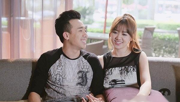 Cặp đôi trẻ trung với áo phông đen, họa tiết màu trắng tương phản ở đời thường.