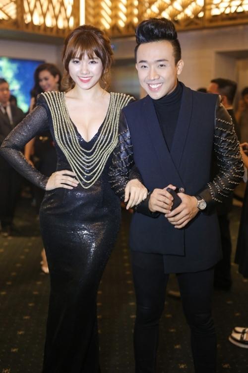 Đi kèm bộ váy đen đính đinh tán của Hari Won là chiếc áo vest cách điệu với phần tay óng ánh kim loại của Trấn Thành.
