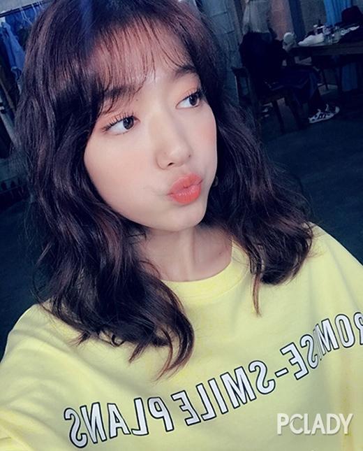 Hình ảnh mới nhất của Park Shin Hye khiến người hâm mộ rất bất ngờ. Cô nàng chợt trẻnhư teen girl nhờ mái tóc mới toe.Không chỉ áp dụng cách làm tóc mới, Park Shin Hye còn thử nghiệm mốt trang điểm như búp bê với son bóng, má hồng đậm, mắt chuốt mascara cong vút.