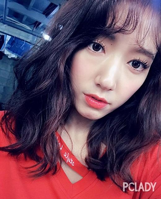 Đây là lần đầu tiên nữ diễn viên để tóc lob ngang vai, uốn xoăn xù. Kết hợp cùng phần mái lưa thưa, Park Shin Hye càng thêm ngọt ngào, đáng yêu.