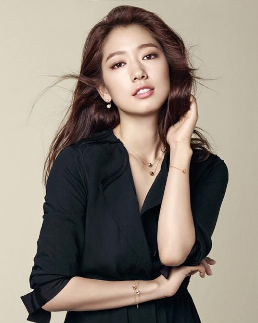 Mái tóc dài, uốn xoăn nhẹ nhàng tạo nét thanh lịch cho Park Shin Hye là hình ảnh đã trở nên quen thuộc trong mắt các fan.