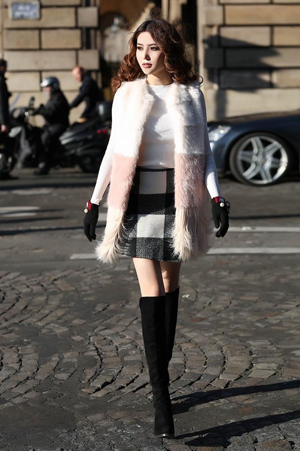 Trong tủ đồ mùa lạnh của các cô gái dĩ nhiên không thể vắng mặt những chiếc áo lông. Thiết kế mà Ngọc Duyên diện sử dụng hiệu ứng loang màu với tông trắng, hồng thu hút.
