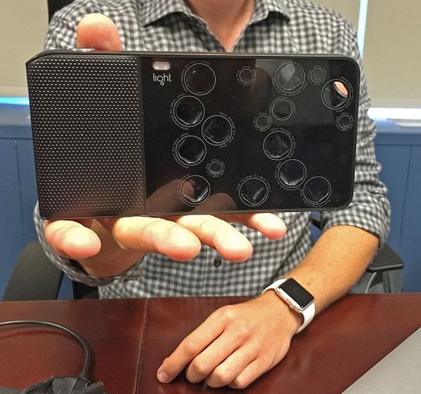 Light L16 trang bị đến 16 ống kính trên cùng 1 máy ảnh. (Ảnh: internet)