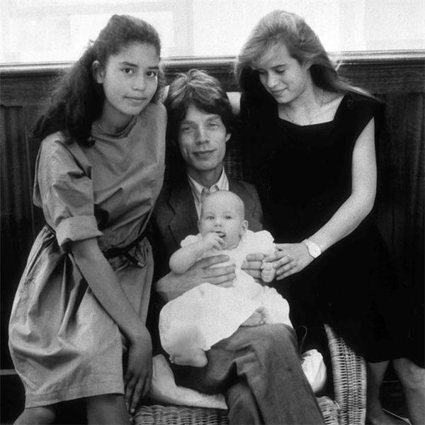 Mick bên các con gáiKaris (L), Elizabeth ScarlettvàJade vào tháng 6/1984.