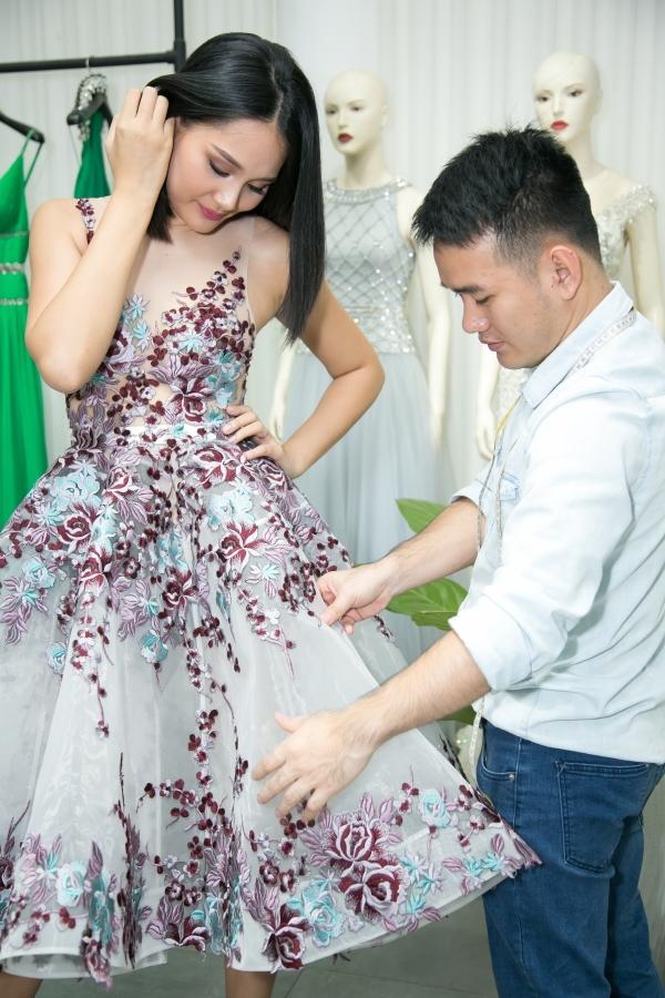 Bên cạnh đó, NTK Lê Thanh Hòa cũng đã tự tay ân cần chỉnh sửa trang phục cho Hoa hậu Hương Giang.