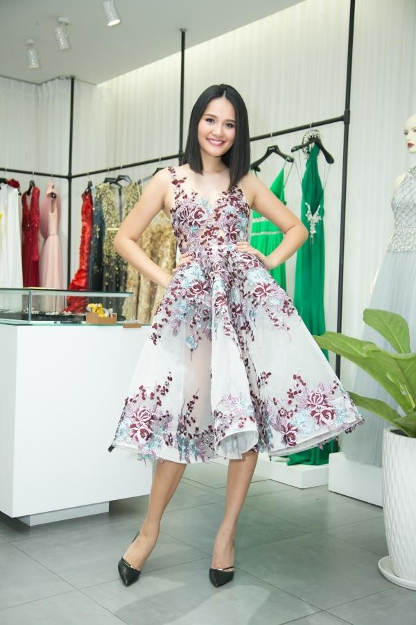 Với nhan sắc thanh thoát cùng vẻ đẹp viên mãn của một người phụ nữ đang hạnh phúc trong gia đình và tình yêu, Hoa hậu Hương Giang đã ướm thử những thiết kế đầy tinh tế và thanh lịch của NTK Lê Thanh Hòa.