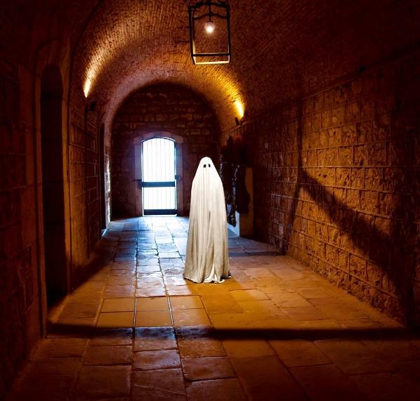 Một mình lang thang giữa căn hầm cũ.