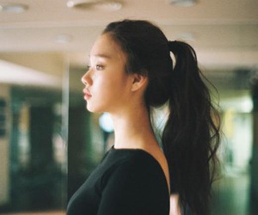 Đặc biệt, đôi mắt nâu của Lee Sung Kyung cũng rất nổi tiếng tại Hàn Quốc. Cô thường xuyên lọt top đầu các nghệ sĩ Hàn có đôi mắt đẹp nhất bên cạnh Seo Kang Joon, Go Ara, Lee Young Ae...