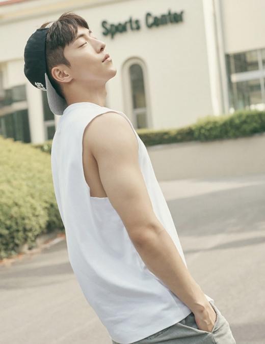 Khuôn mặt như tượng tác khéo léo ở mọi góc độ của Nam Jo Hyuk, thật ra anh có khuyết điểm gì không vậy?