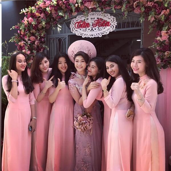 Dàn phù dâu xúng xính trong tà áo dài hồng nền nã. - Tin sao Viet - Tin tuc sao Viet - Scandal sao Viet - Tin tuc cua Sao - Tin cua Sao
