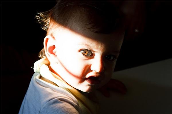 Khi lớn lên bé sẽ biết ngòi bút còn làm được nhiều chuyện khác nữa, như rạch mặt người khác chẳng hạn.