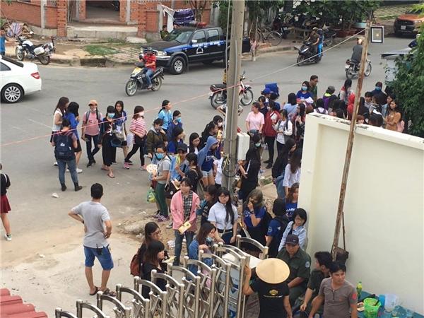 Rất đông bạn trẻ đứng xếp hàng ở ngoài vì trường quay không đủ sức chứa. - Tin sao Viet - Tin tuc sao Viet - Scandal sao Viet - Tin tuc cua Sao - Tin cua Sao