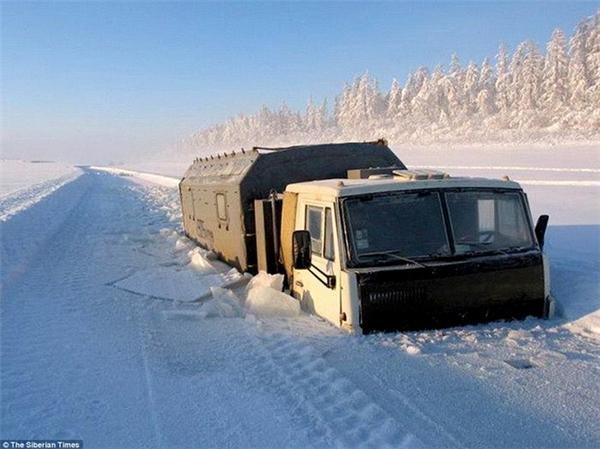 Nhiều phương tiện giao thông gặp khó khăn trong việc di chuyển.