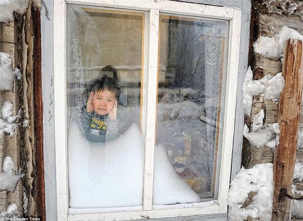 Những đứa trẻ còn quá nhỏ phải trốn trong nhà vì quá lạnh.