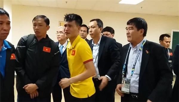 Lê Công Vinh cũng nghẹn ngào nước mắt khi nói lời từ giã sự nghiệp bóng đá.