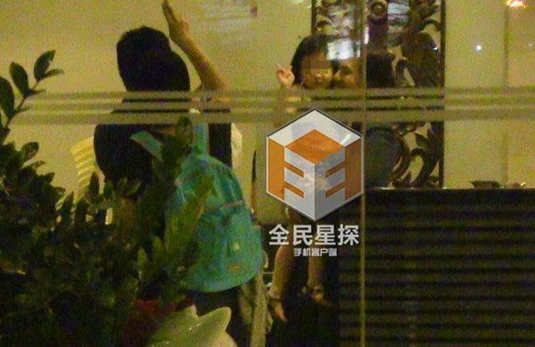 Cô đi cùng một bé gái mà Phong Hành khẳng định chính là con ruột của Chung Hán Lương.