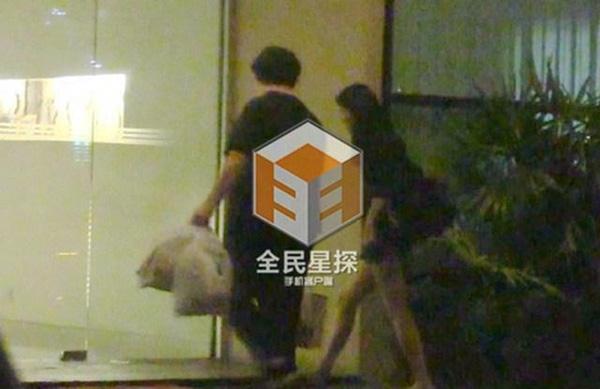 Tạ Dịch Hoa đi theo trợ lí Chung Hán Lương vào khách sạn.