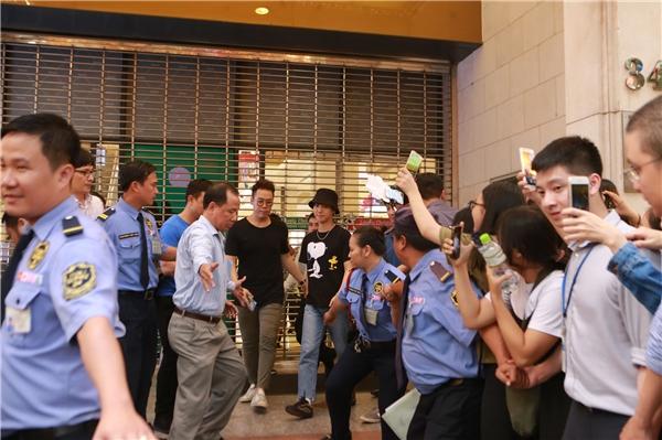 Khi Yesung quay hình tại một trung tâm thương mại lớn, hàng trăm bạn trẻ đã có mặt ở phía bên ngoài suốt nhiều tiếng đồng hồ chỉ để được nhìn thấy thần tượng trong vài giây.