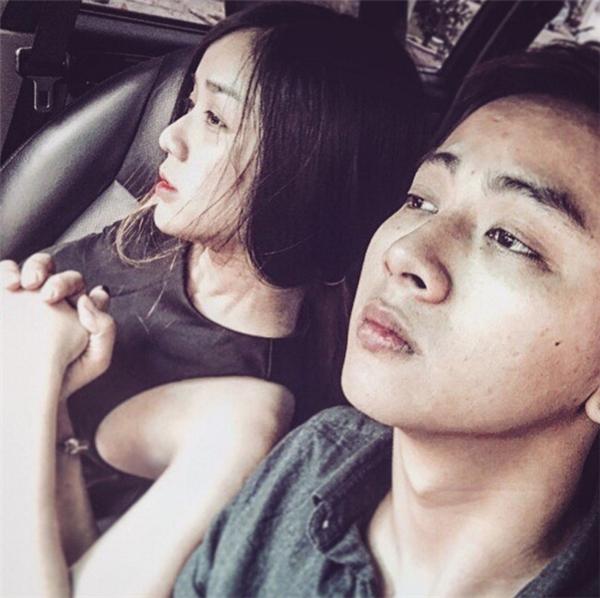 """Hình ảnh mới nhất của cặp đôi được Hoài Lâm chia sẻ trên Instagram cùng dòng tâm sự: """"Khi yêu vừa lớn cho ta bao nhiêu nhớ nhung đêm trắng đêm. Rồi khi ta gặp nhau, khi ta cười nói đôi câu bấy lâu, 5 3 phút nhìn nhau thế thôi cũng đủ rồi... Rồi ngày hôm nay, anh chỉ muốn nhớ khi anh còn bé thơ, có người con gái cho anh cả giấc mơ. Và anh đã có giấc mơ tuyệt vời, vì giờ em gần bên anh"""". - Tin sao Viet - Tin tuc sao Viet - Scandal sao Viet - Tin tuc cua Sao - Tin cua Sao"""